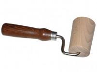 váleček na těsto jednoruč. 7cm dřev., rukojeť tm.